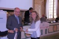 Un'alunna e il Prefetto di Parma dott. Giuseppe Forlani
