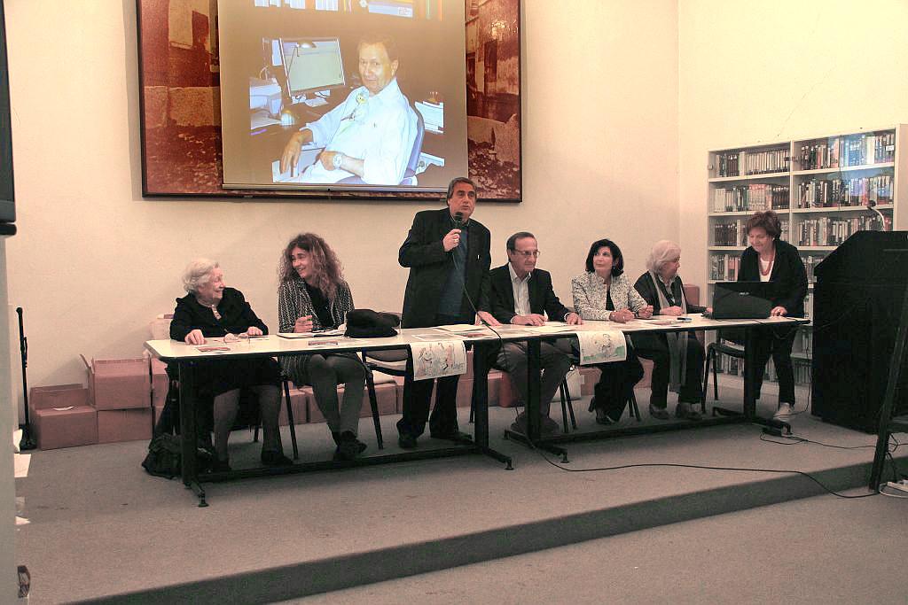 Il tavolo della presidenza; da sinistra Isa Guastalla, Mariagrazia Manghi, il presidente Angelo Peticca mentre parla, Fabio Carosone, Concetta Perna, Giancarla Minuti Guareschi, Luciana Beghè in piedi