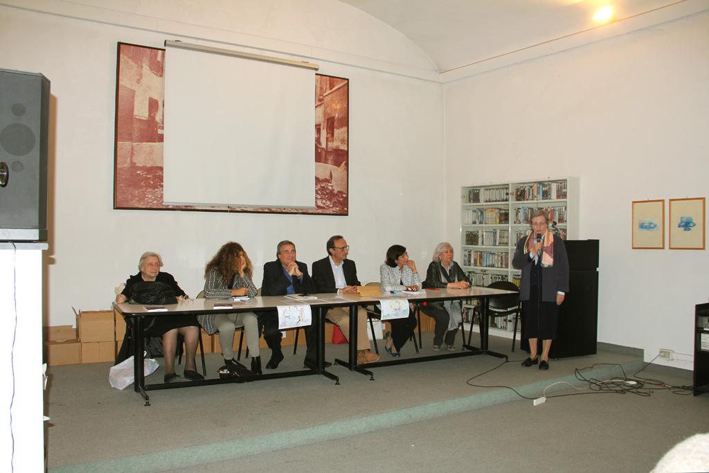 Il tavolo della presidenza; da sinistra Isa Guastalla, Mariagrazia Manghi, il presidente Angelo Peticca, Fabio Carosone, Concetta Perna, Giancarla Minuti Guareschi, Albertina Soliani mentre parla