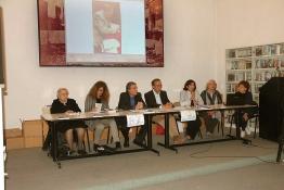 Il tavolo della presidenza; da sinistra Isa Guastalla, Mariagrazia Manghi, il presidente Angelo Peticca, Fabio Carosone, Concetta Perna mentre parla, Giancarla Minuti Guareschi, Luciana Beghè