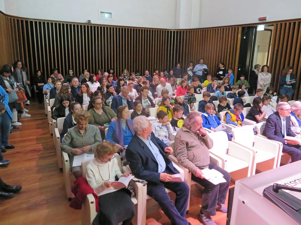 Sala con alunni e pubblico in occasione della Giornata della Dante 2019